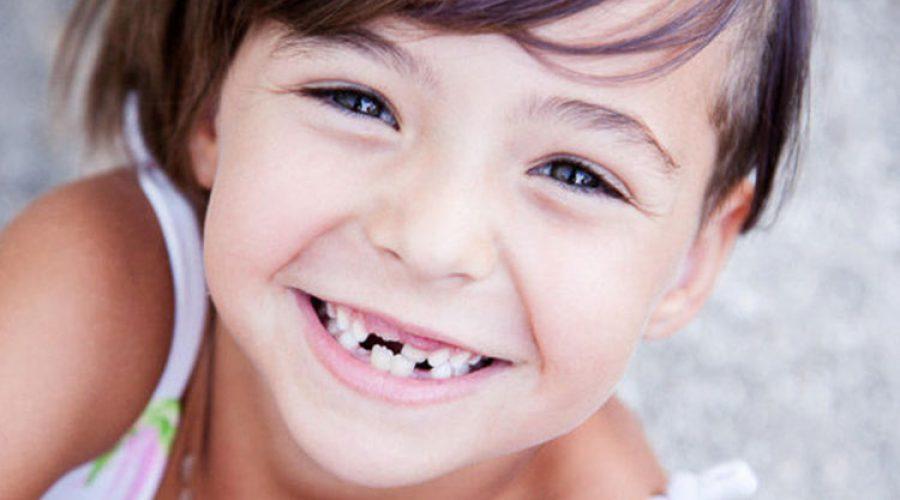 В якому віці випадають молочні зуби?